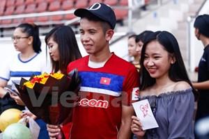 Fan nữ mang bánh và hoa tới mừng sinh nhật sao HAGL ở đội tuyển
