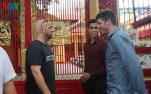Flores chấp nhận lời thách đấu của tay đấm MMA Cung Lê
