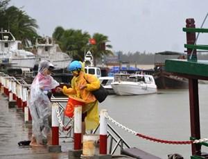 Gần 100 khách kẹt ở đảo Cù Lao Chàm vào đất liền an toàn