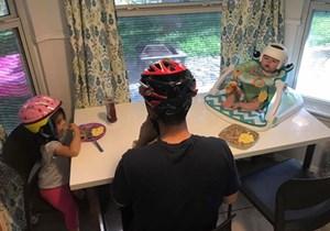 Gia đình cùng đội mũ bảo hiểm để động viên con trai