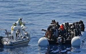 Giải cứu hơn 200 người di cư trên biển