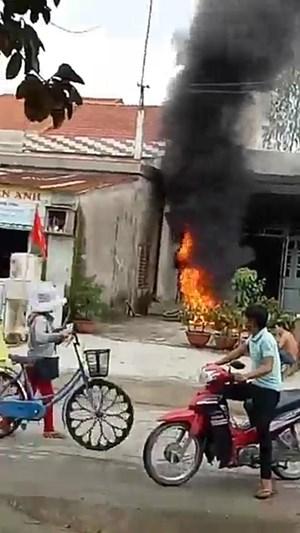 Giận vợ, chồng đốt cháy rụi hai xe máy trị giá hàng chục triệu đồng
