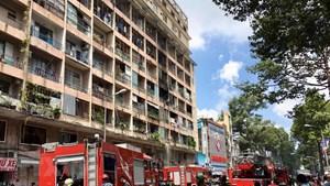 TP HCM: Ký túc xá bốc cháy dữ dội, 28 sinh viên mắc kẹt bên trong