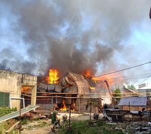 Hà Nội: Cháy lớn tại xưởng chế biến gỗ rộng 100m2