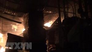 Hà Nội: Cháy lớn thiêu rụi tầng 1 cửa hàng ăn, hai người bị thương