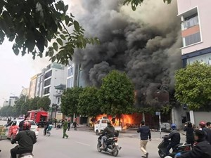 Hà Nội: Một cửa hàng ăn ở Nguyễn Văn Huyên bốc cháy dữ dội