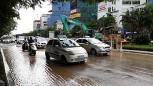 Hà Nội: Vỡ đường ống cấp nước, nhiều hộ dân bị ảnh hưởng
