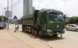 Hà Nội: Xe tải chở đất đâm chết người rồi bỏ chạy