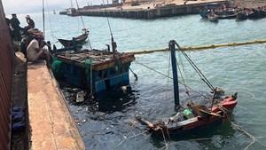 Hà Tĩnh: Trục vớt 2 tàu của ngư dân bị sóng đánh chìm