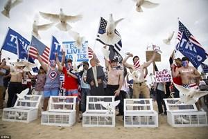 Hai phe ủng hộ và phản đối ông Trump đụng độ trên bãi biển