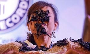 Hàng chục con bọ cạp bò trên mặt 'Nữ hoàng bọ cạp' Thái Lan