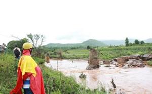 Hàng trăm người dân bị cô lập vì cầu bị cuốn trôi