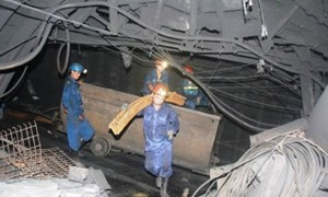Hàng trăm người giải cứu công nhân mắc kẹt dưới lò than