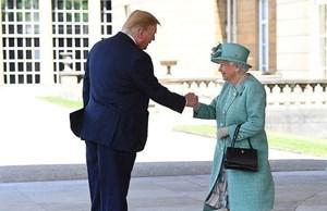 Hành động gây tranh cãi của Tổng thống Trump khi gặp Nữ hoàng Anh