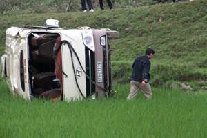 Hành khách hoảng loạn khi xe du lịch bay xuống ruộng