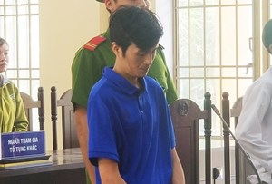 Hiếp dâm bé gái 13 tuổi, 'ông chú hàng xóm' lãnh 20 năm tù