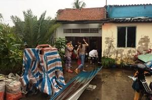 Hỗ trợ các hộ dân bị sập nhà, tốc mái do lốc xoáy