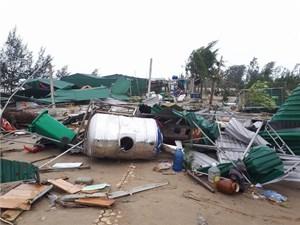 Hỗ trợ khẩn cấp nước uống cho người dân bị chia cắt bởi ngập lụt