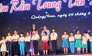 Hoa hậu Việt Nam Trần Tiểu Vy tặng quà Trung thu cho trẻ em