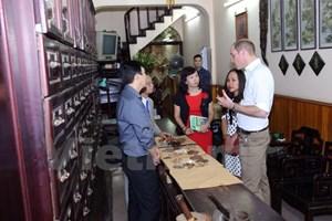Hoàng tử Anh William thăm cửa hàng Đông y trên phố cổ Hà Nội