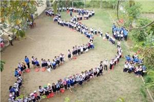Học sinh tiểu học xếp hình bản đồ Việt Nam