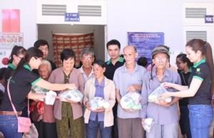Hội CTĐ Bình Dương: Thăm, khám bệnh và cấp thuốc miễn phí cho người nghèo huyện Bình Tân