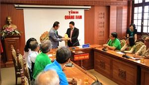 Hội những người Hàn Quốc yêu Việt Nam tặng quà nạn nhân chất độc da cam