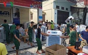 Huy động bộ đội giúp dân chuyển đồ đạc khi có cháy ở Hà Nội
