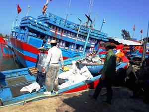 Khan hiếm lao động đi biển: Tàu thuyền gác bến nằm bờ