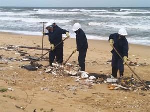 Khẩn trương thu dọn dầu vón cục ở bờ biển Rạng