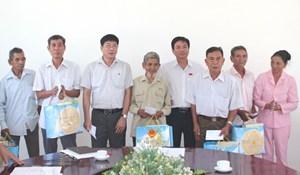 Khánh Hòa: Thăm, tặng quà 13 gia đình chính sách tiêu biểu tại huyện Khánh Vĩnh