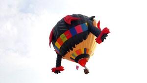 Khinh khí cầu nước Anh gặp sự cố khi 'hạ cánh' tại Huế
