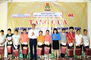 Khối thi đua 2 Công đoàn viên chức Việt Nam tặng quà cho công nhân tại Ninh Bình