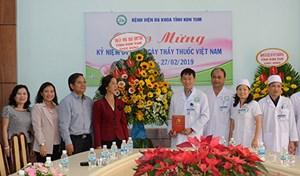 Lãnh đạo tỉnh Kon Tum thăm, chúc mừng ngành Y tế