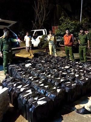 Lắp biển số giả để vận chuyển 19.000 gói thuốc lá lậu
