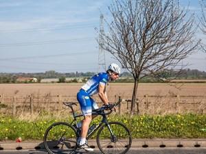 Lập kỷ lục đạp xe vòng quanh thế giới trong 79 ngày
