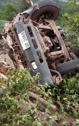 Quảng Bình: Lật xe container biển Lào làm tài xế tử vong
