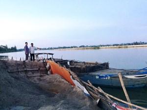 Liên tục bắt ghe hút cát trái phép trên sông Thu Bồn