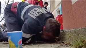 Lính cứu hỏa hô hấp nhân tạo cứu chó gặp nạn