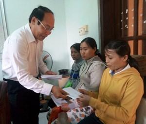 Mặt trận Quảng Nam trao tiền hỗ trợ cho bà con chịu thiệt hại mưa lũ