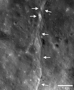 Mặt trăng đang dần co lại