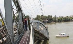 Một đoàn tàu kịp dừng khi cầu Ghềnh bị tông sập