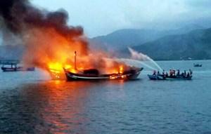Một nhà dân và 1 tàu cá bị  lửa thiêu rụi