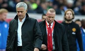 Mourinho từ chối bắt tay HLV Stoke, bỏ họp báo sau trận đấu
