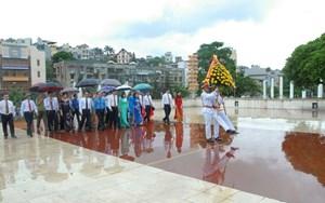 Đại biểu dự Đại hội MTTQ tỉnh Quảng Ninh dâng hương tưởng niệm các anh hùng liệt sĩ