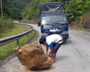 Nam thanh niên 'kéo' hòn đá gần 1 tấn khỏi mặt đường