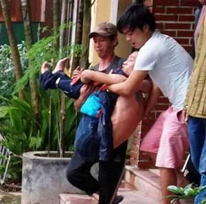 Nam thanh niên mang xăng xông vào trụ sở công an gây rối
