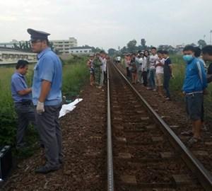 Nam thanh niên nằm trên đường ray bị tàu cán tử vong