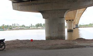 Nam thanh niên phi xe xuống sông tự tử
