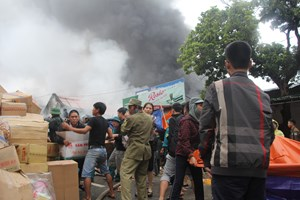 Nghệ An: Cháy kho hàng phục vụ cạnh chợ Vinh